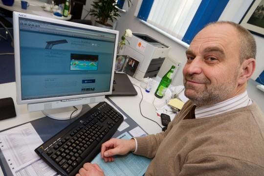 Martin Lehmann, 1. Vorsitzender des Fördervereins, nimmt die neue Internetseite ab.