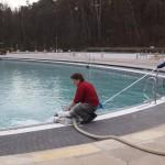 Claudia Obermann und Silke Gawalleck beim Befüllen des Nichtschwimmerbeckens