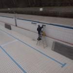 Handwerker reparieren die Winterschäden