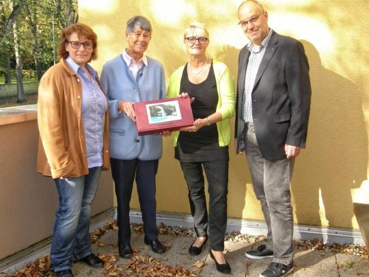 Die großzügige Spenderin Gerda Schneidewind (zweite von links) mit Claudia Obermann, Birgit Struck und Martin Lehmann vom Förderverein Waldbad Birkerteich.