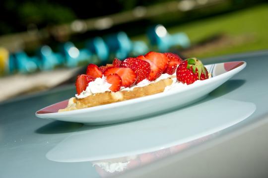 Waffeln mit frischen Erdbeeren im Pavillon im Waldbad Birkerteich © Foto Heiko Hinze