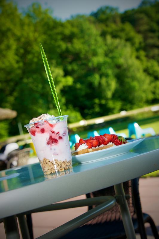 Quarkfruchtbecher im Pavillon im Waldbad Birkerteich © Foto Heiko Hinze