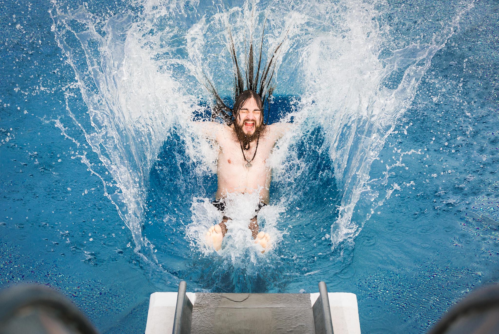 Martin rutscht ins Wasser