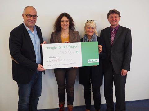 Avacon Helmstedt übergibt Spende an den Förderverein Waldbad Birkerteich für den Bau des Babybeckens