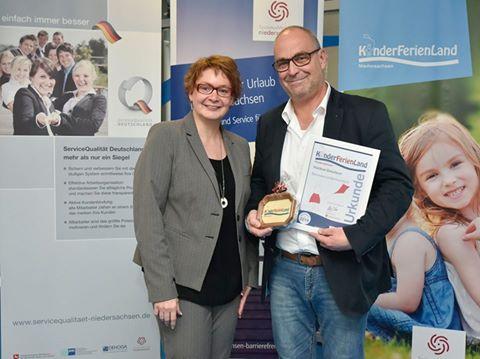 Henning Scheffen Photography Staatssekretärin Daniela Behrens überreicht Martin Lehmann die Urkunde