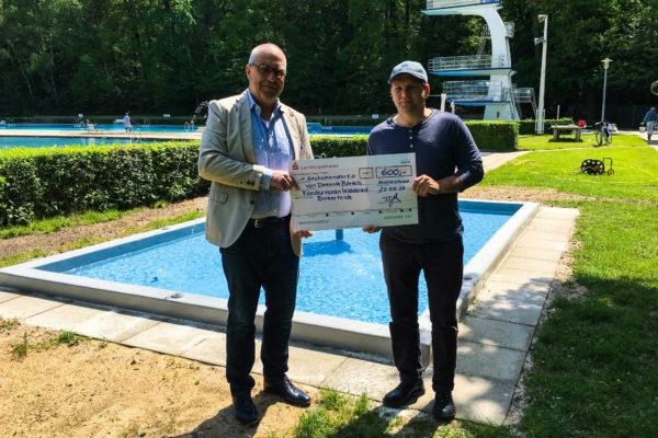 Dominik Bartels übergibt Spende an Martin Lehmann für das Babyplantschbecken
